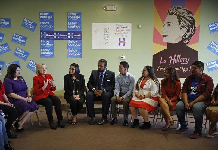 """La candidata presidencial demócrata, Hillary Clinton, durante una reunión con jóvenes inmigrantes, también llamados """"soñadores """", en una oficina de campaña el pasado 14 de febrero. Varios de estos jóvenes han mostrado su apoyo a Clinton. (AP)"""
