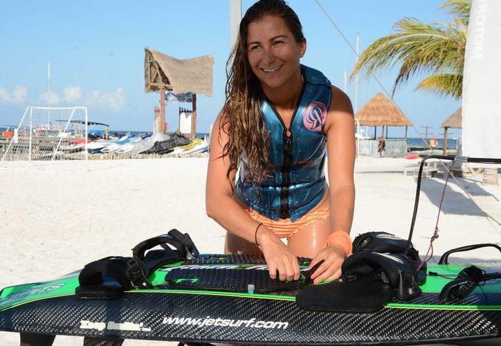Estoy muy nerviosa por la carrera, es la primera vez que participo: Alejandra. (Victoria González/SIPSE)