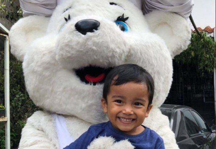 El abrazo del osito Bimbo fue el mejor regalo de Richi en su nuevo festejo. (Foto: Twitter Fer Barrera)
