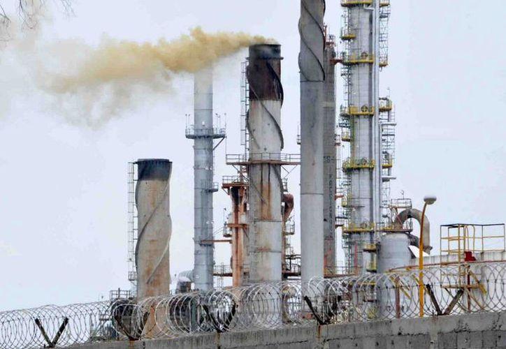 World Oil & Gas Council considera que ante un ambiente internacional adverso, existen petroleras que han superado las adversidades y han innovado. En la imagen, la refinería de Pemex en Salamanca, Guanajuato. (Archivo/Notimex)