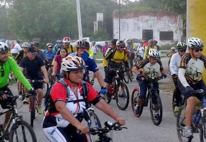 La salida y meta de la rodada ecológica en el marco del aniversario del Club de Golf de Yucatán se ubicó en el parque principal de la comisaría de Dzibilchaltún. (Milenio Novedades)