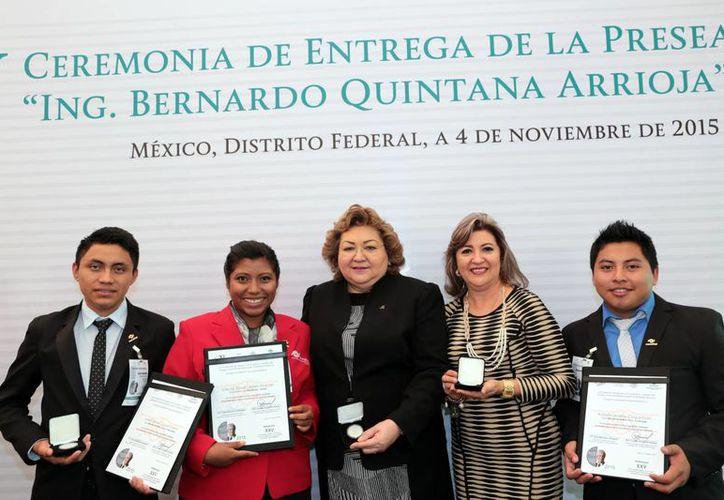 Los estudiantes del Conalep de Valladolid recibieron el premio por sus destacadas acciones académicas, culturales y patrióticas. (Milenio Novedades)
