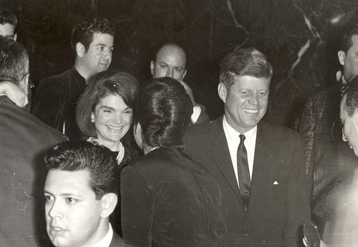 El presidente John F. Kennedy y la primera dama Jacqueline Kennedy saludando a activistas hispanos en una gala de LULAC en el hotel Rice de Houston. (Agencias)
