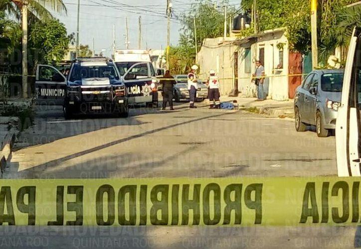 Paramédicos de la Cruz Roja arribaron a la zona de los hechos para confirmar el deceso. (Eric Galindo/ SIPSE)