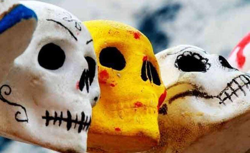 La Catrina y acompañante (el Catrín), dulces calaveritas de azúcar para el Día de los Muertos. (Notimex)