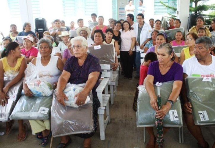"""Las personas de la tercera edad también se vieron beneficiadas con el programa """"Abrigando Familias con Amor. (Juan Carlos Gómez/SIPSE)"""