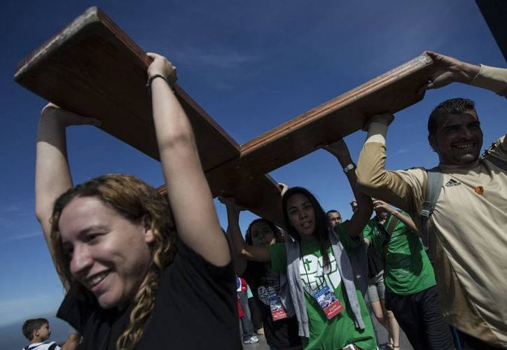 Jóvenes cargan una cruz, en el marco de la Jornada Mundial de la Juventud, a la cual asistirá el Papa Francisco, a finales de este mes. (Agencias)