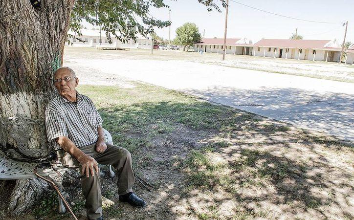 Fotografía del 5 de octubre 2016 del exbracero Francisco Uviña sentado al pie de un árbol, en el centro (al que llamaban corralón) de la Granja Río Vista, Texas, EU. (EFE)