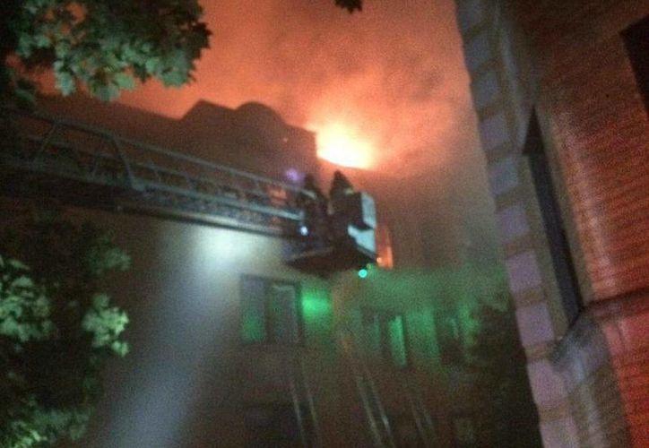 El siniestro comenzó alrededor de la 01:30 horas en un edificio de tres pisos. (twitter.com/CFDMedia)