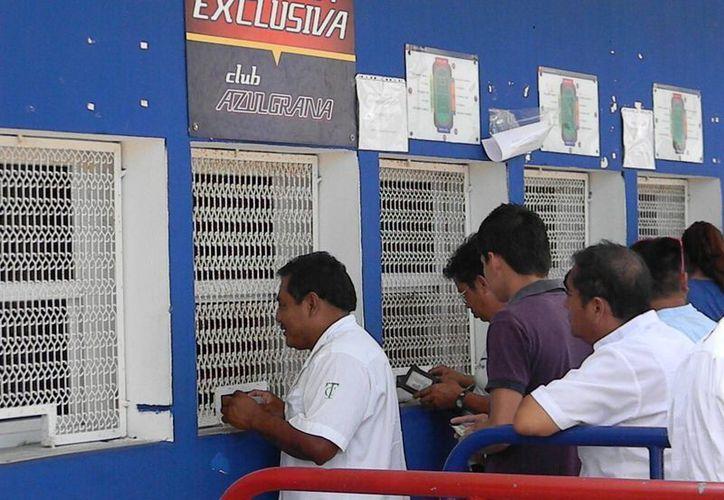 Aficionados hicieron largas filas para adquirir sus boletos para el juego de la final de la Copa MX. (Ángel Mazariego/SIPSE)