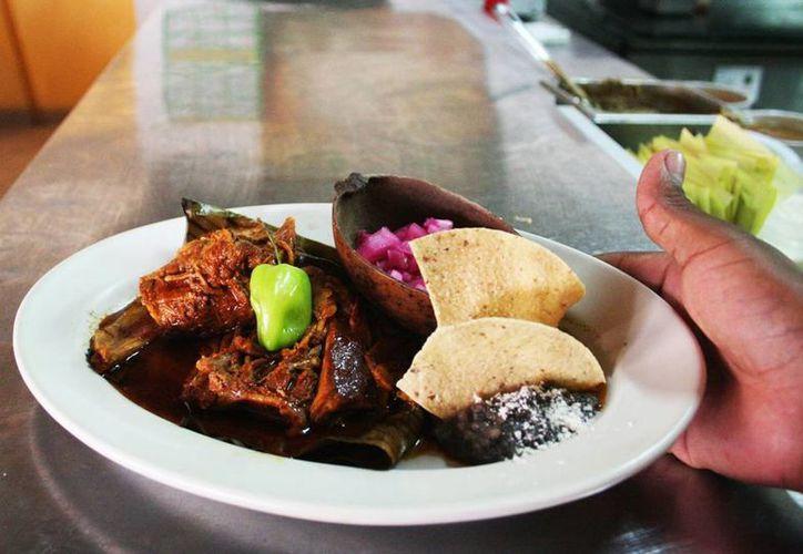 El tradicional platillo de la cocina yucateca, la cochinita pibil, combina sabores -axiote, naranja, chile- que lo hacen único y conquistan paladares en todo el mundo. (Milenio Novedades)