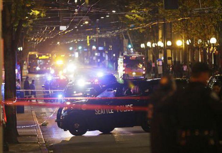 Los dos agentes que acudieron se enfrentaron a una mujer de 30 años de edad, armada con un cuchillo. (AP).