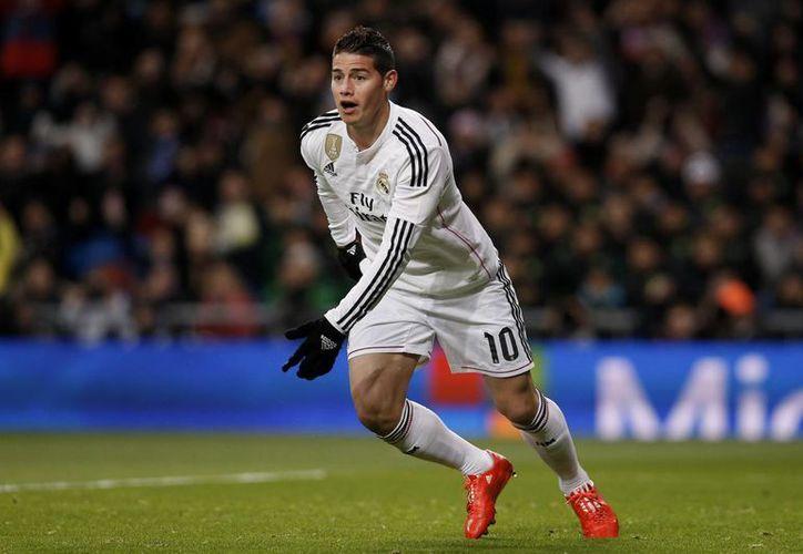 James Rodríguez se dispone a festejar el gol que le metió al Sevilla. La mala noticia para Real Madrid es que salió lesionado. (Foto: AP)