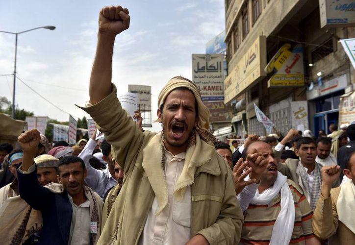 Varios musulmanes gritan consignas durante una protesta contra Israel, en Saná, Yemen. (EFE)