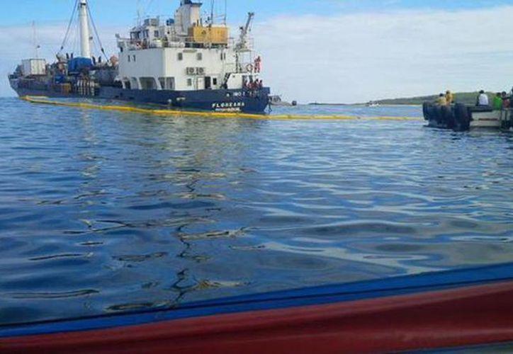 Imagen del buque La Floreana que se hunde en San Cristòbal- Galàpagos en los momentos de su rescate. (@tctvjorgerendon)