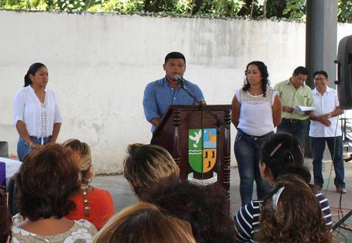 En imagen, el alcalde de Hunucmá, José Alberto Padrón Romero, participa en un evento público. (Imagen de hunucma.gob.mx)