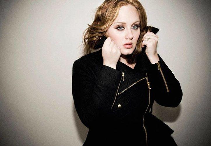 Adele concedió una entrevista tras el éxito de su nuevo sencillo 'Hello', el cual rompió el récord de más visitas en Youtube durante sus primeras 48 horas de lanzamiento. (theguardian.com)