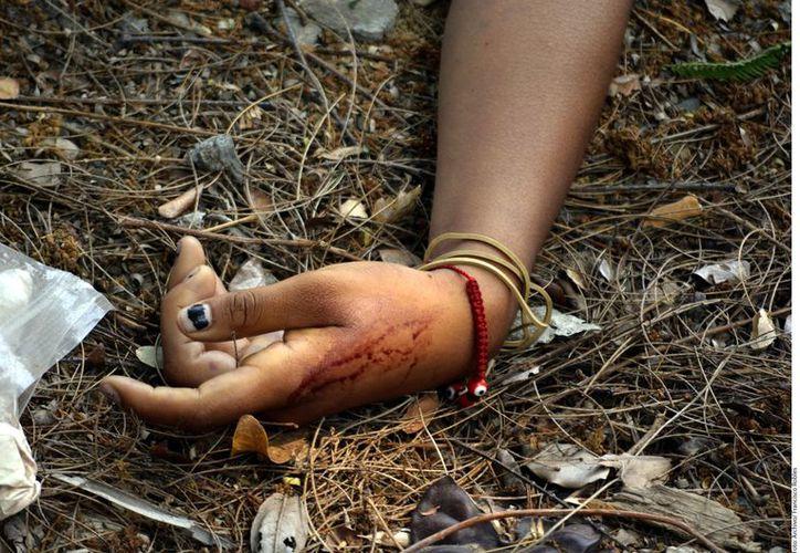 La mujer fue encontrada sin ropa, apuñalada y degollada en un terreno baldío de Santa María Zolotepec. (Foto: Contexto)