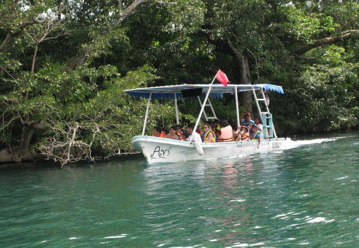 Integrantes de cooperativas de prestadores de servicios turísticos denuncian que hay 'pirataje' en la Laguna de los Siete Colores. (Javier Ortiz/SIPSE)