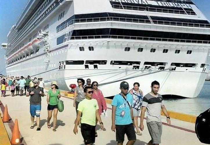El crucero Carnival Triumph reanudó sus arribos semanales al puerto de Progreso, sin embargo los comerciantes dicen que el crucero que lo reemplazaba les dejaba muy buenas ganancias. (Cortesía)