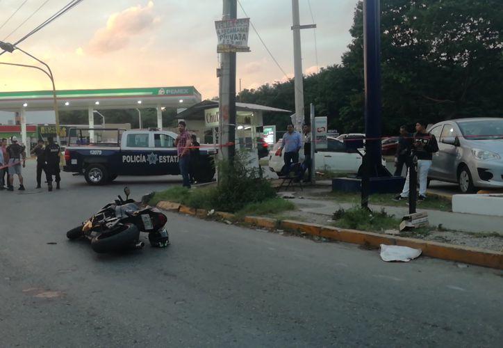 Al lugar de los hechos llegaron elementos de la Policía Ministerial, quienes ordenaron enviar la motocicleta a la Fiscalía del Estado. (Redacción/SIPSE)