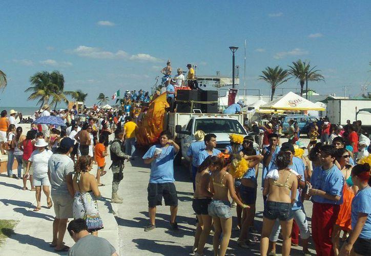 Protección civil calculó una afluencia de 14 mil personas en el malecón durante el desfile de carnaval. (Manuel Pool/SIPSE)