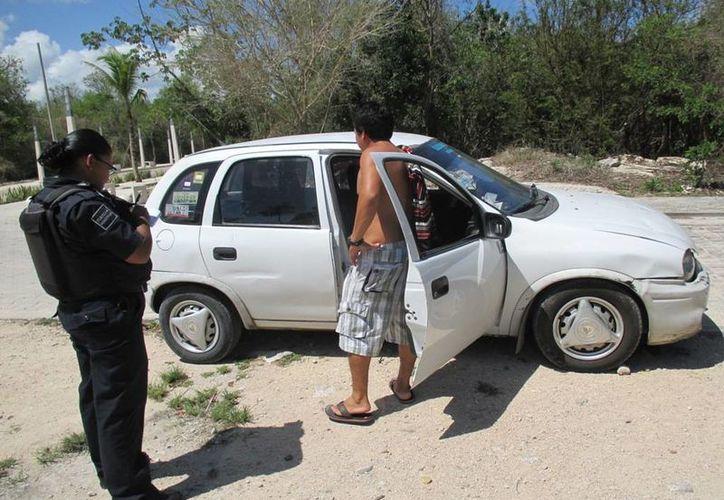El vidrio derecho del auto fue destrozado por los ladrones para sustraer un celular, documentos, un bolso y mil 300 pesos.  (Redacción/SIPSE)
