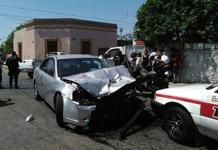 El automóvil Altima quedó con severos daños materiales al ocasionar varios percances hoy por la mañana. (Luis Fuente/Milenio Novedades)