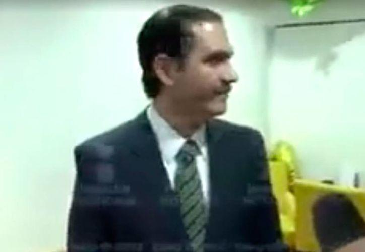 El ex gobernador de Sonora Guillermo Padrés tenía 8.8 mdd en una cuenta bancaria en Holanda. La imagen fue tomada del video del momento en el que se entrega las autoridades. (excelsior.com.mx)