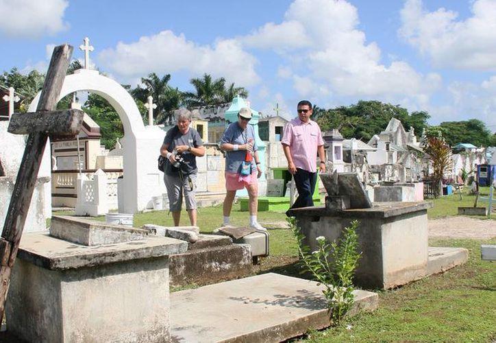 Los cementerios fueron concurridas por el día de Muertos. (Cortesía/SIPSE)