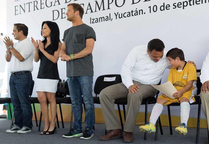 El DJ Dash Berlin (tercero de de. a izq, de pie) estuvo ayer en Izamal para cumplir una apuesta mundialista: una cancha de futbol para Yucatán. El gobernador, Rolando Zapata Bello, presidió el evento oficial de inauguración de las instalaciones deportivas. (Oficial)
