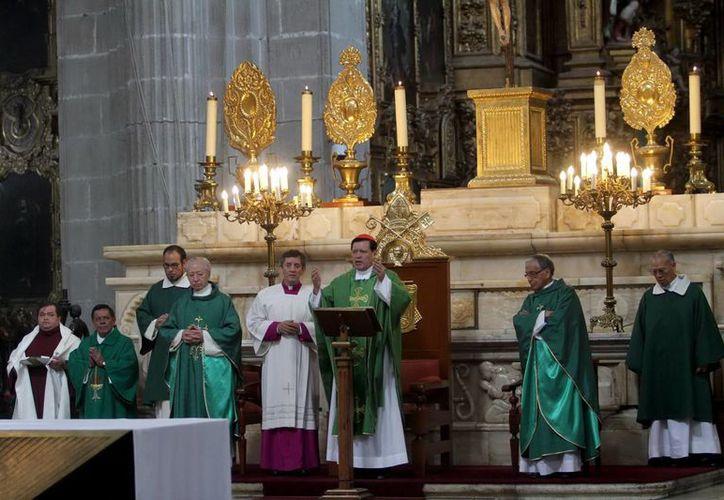 'Debemos aplaudir y premiar fiscalmente a aquellos que en medio de la crisis se muestran verdaderos empresarios', dijo el cardenal. (Notimex)