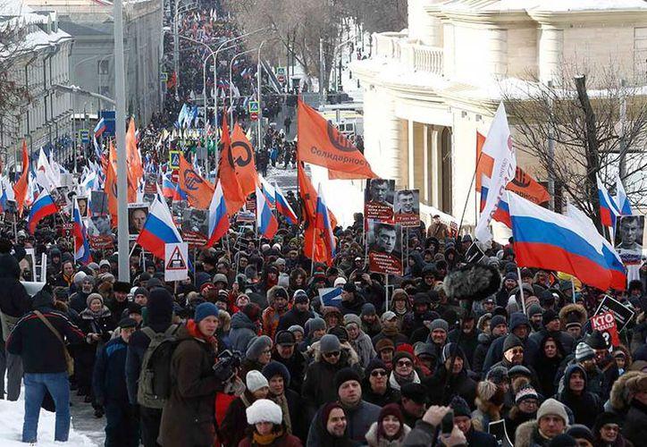 Miles marcharon el domingo por el centro de Moscú para recordar a Boris Nemtsov. (AP)