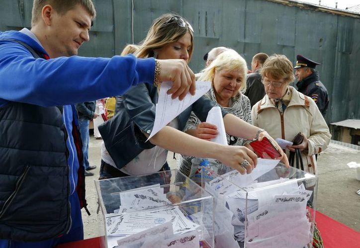 Los ucranianos salieron a votar pese a la inseguridad que reina en la zona. (AP)