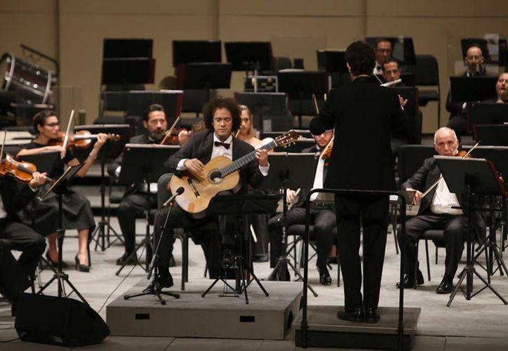 """El guitarrista yucateco durante el concierto que ofreció anteanoche en el Teatro """"José Peón Contreras"""". (Novedades Yucatán)"""
