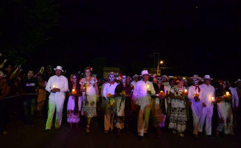 Más de mil ánimas se apropiaron este viernes por la noche de la ciudad de Mérida y rindieron homenaje a las tradiciones del Día de Muertos. (SIPSE)