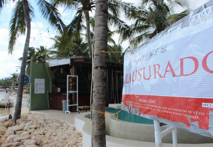 Un representante del Blue Parrot explicó que se realizó tal acción para contrarrestar la erosión que en su zona de concesión les deslavó todo su frente de playa. (Octavio Martínez/SIPSE)