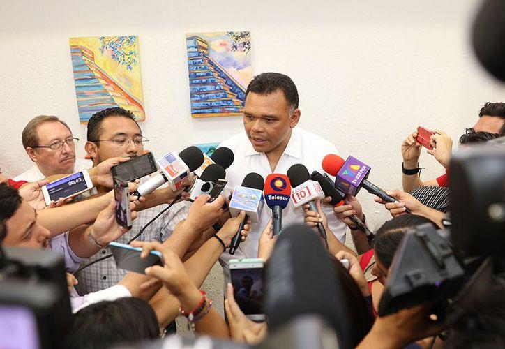 El gobernador de Yucatán, Rolando Zapata Bello, ordenó enviar a la PGR el expediente de la investigación del caso de las calles dañadas con ácido. (Patricia Itzá/SIPSE)