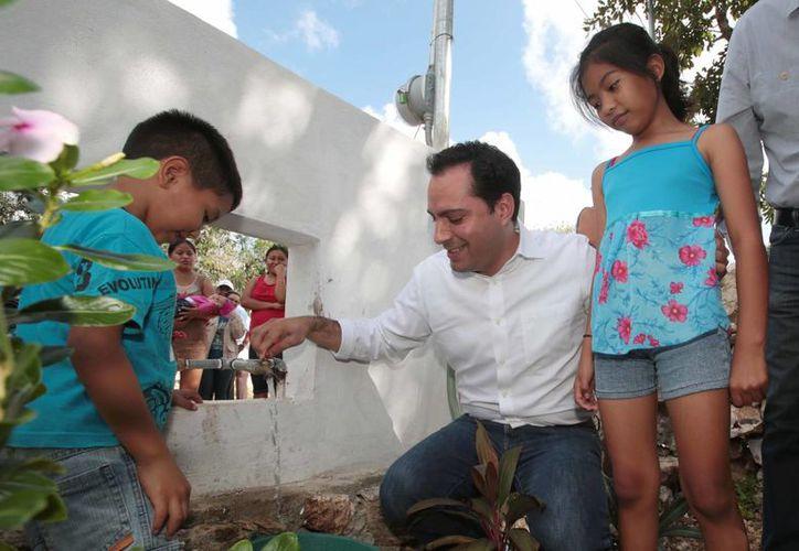 Supervisa el alcalde, Mauricio Vila, trabajos de ampliación de agua potable y electrificación en la comisaría de Dzityá. (Foto cortesía del Ayuntamiento)