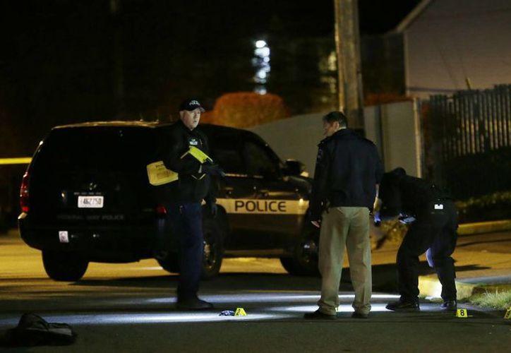 Policías revisan la evidencia del tiroteo en Federal Way. (Agencias)