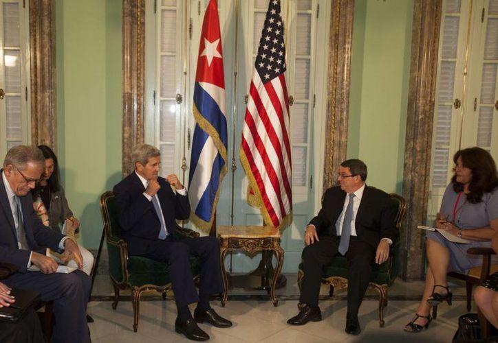 El secretario estadounidense de Estado, John Kerry (centro- izquierda), se reunió con el canciller cubano, Bruno Rodríguez (centro-derecha), este 14 de agosto, tras la ceremonia de izado de la bandera de EU en la embajada de ese país en La Habana, Cuba. (EFE)