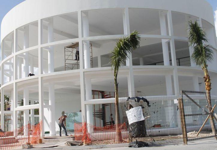 """Los trabajos de construcción del edificio """"E"""" de la Universidad del Caribe llevan un avance del 95%; aquí se instalará el restaurante-escuela y el aula sensorial. (Jesús Tijerina/SIPSE)"""