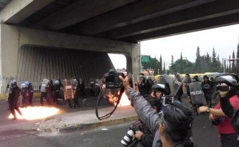 Los manifestantes lanzaron bombas molotov hacia los agentes que les impedía el paso. (Alejandro Madrigal/Milenio)