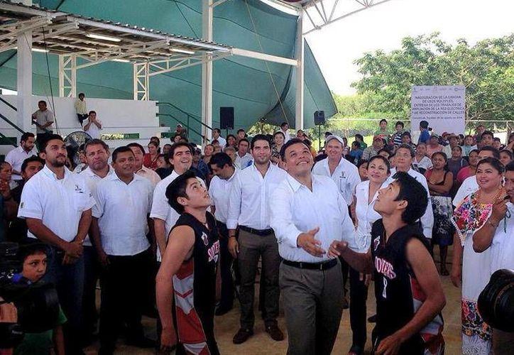 Ayer martes, Zapata Bello inauguró la cancha de usos múltiples en Cansahcab. (Facebook/Rolando Zapata Bello)