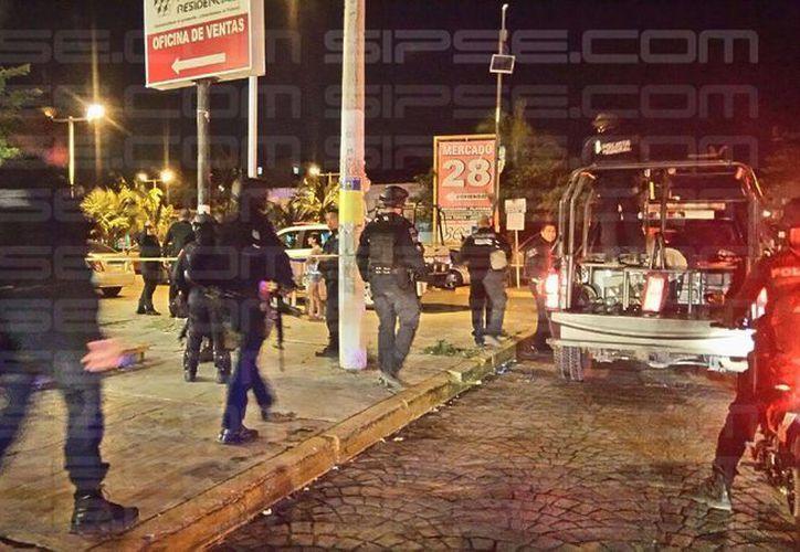 Uno de los estacionamientos del Mercado 28 fue acordonado esta noche, tras el reporte de detonaciones en la zona. (Enrique Castro/SIPSE)