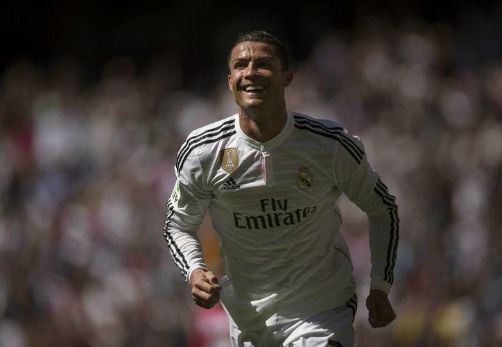 Cristiano Ronaldo celebra uno de los cinco goles que anotó al Granada en la Liga de España. El portugués nunca había hecho esa cantidad de goles en su carrera en un solo encuentro. (Foto: AP)