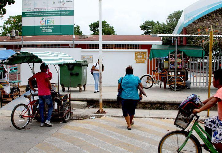 Personal de la escuela prohíbe la entrada del padre de familia, supuestamente por órdenes de Participación Social. (Alejandra Carrión / SIPSE)
