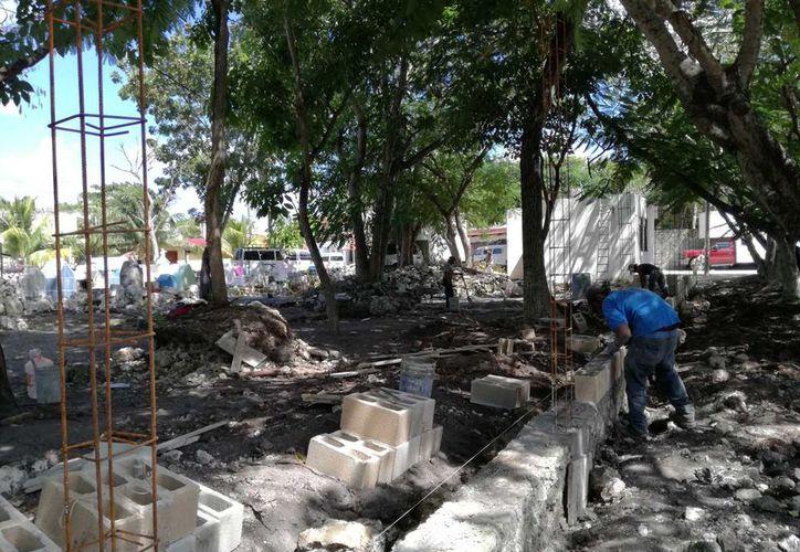 Acondicionan la barda de la calle Acuario desde la caseta de vigilancia policíaca. (Sara Cauich/SIPSE)