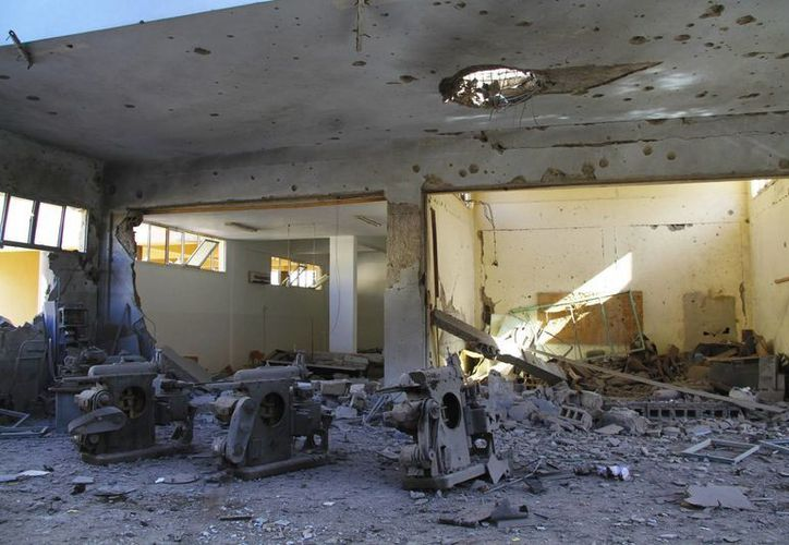 Fotografía facilitada hoy que muestra los daños registrados en una universidad tras los bombardeos de aviones de combate libios en Bengasi, Libia, ayer. (EFE)