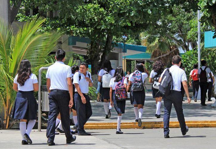 La SEyC otorgó becas en escuelas privadas a egresados de secundaria que no alcanzaron cupo en preparatorias públicas. (Jesús Tijerina/SIPSE)